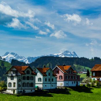 der Alpstein hinter einer Reihe Biedermeierhäusern